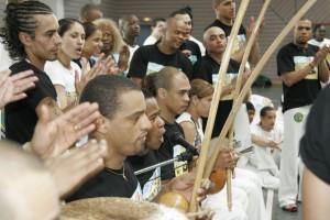 Baptême de capoeira 2006 à Sarre-union, professeurs jouant au berimbau, atabaque et pandeiro